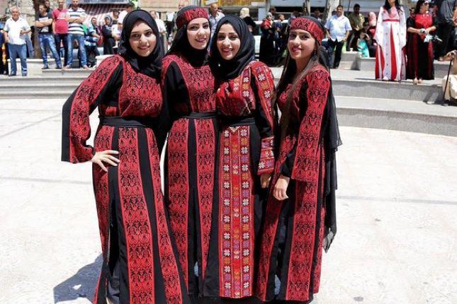 Di negara ini para wanita akan mengenakan pakaian tradisional yang memiliki sulaman benang merah