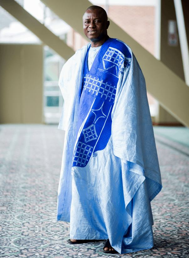 Pakaian itu adalah pakaian tradisional khas negara tersebut.