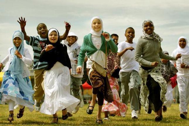 Sedangkan umat muslim di Australia mengenakan pakaian sesuka hati mereka di hari raya.