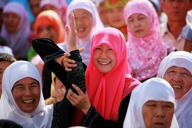 China yang mengenakan pakaian tradisional umat muslim saat hari raya yaitu jilbab dan gamis.