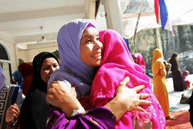 wanita di Malaysia akan mengenakan jilbab berwarna cerah dan jilbab panjang untuk merayakan Lebaran.