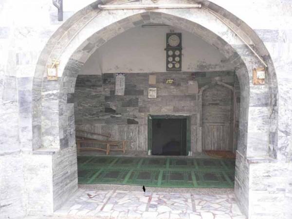 Картинки по запросу 'Sinking' Mughal-era mosque attracts visitors